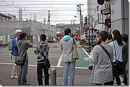 開かずの踏切になる京急神奈川新町駅