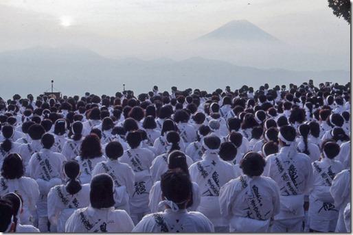 遥拝台を埋める信者と富士山